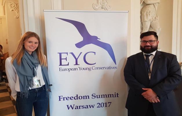 Virna Conti présidente des Jeunes UDC avec l'ancien président Alexandre Mounla au Sommet des jeunes conservateurs 2017 à Varsovie