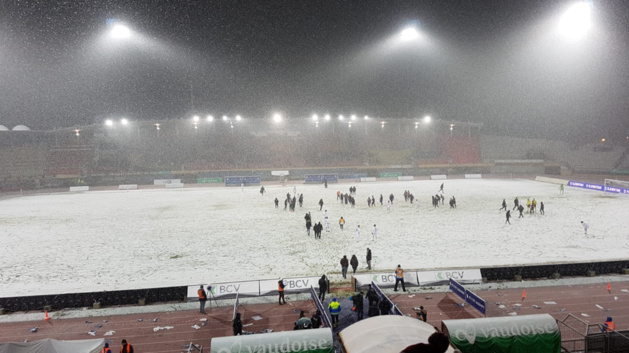 La pelouse de la Pontaise recouverte de blanc à l'issue du match Lausanne-Servette (0-2)