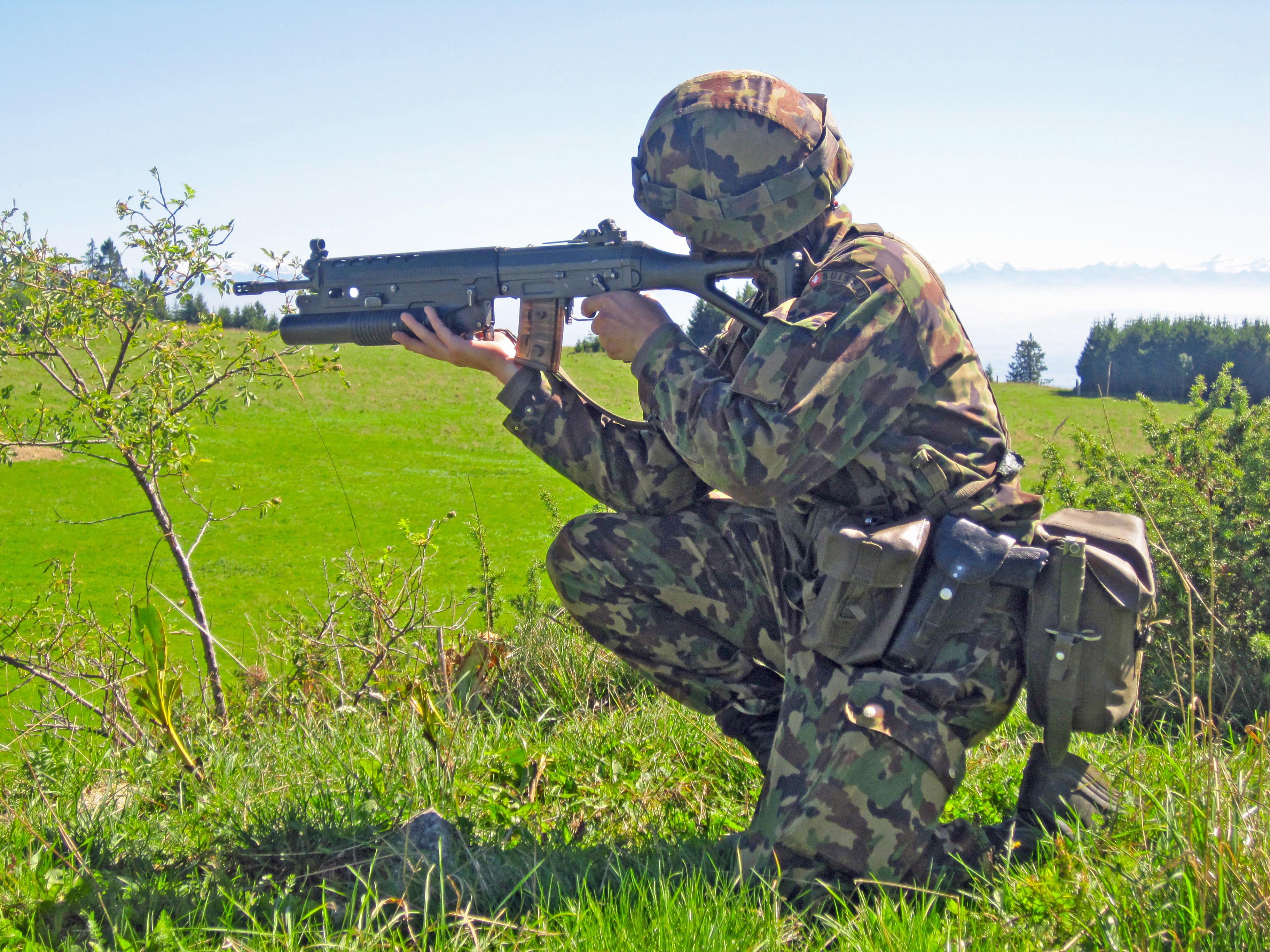 Armée suisse: le recrutement obligatoire des femmes pourrait-il résoudre le problème d'effectifs?